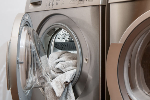 Does cat dander wash out of clothes?